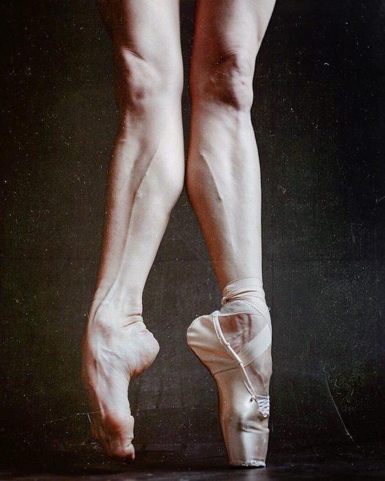 Bailarina de ballet mostrando sus pies con y sin zapatillas