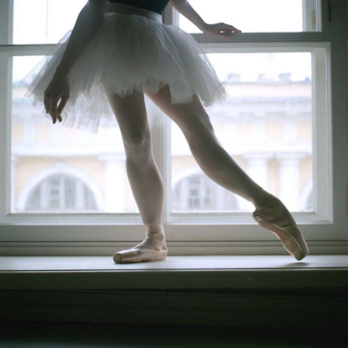 Bailarina de ballet parada sobre una ventana