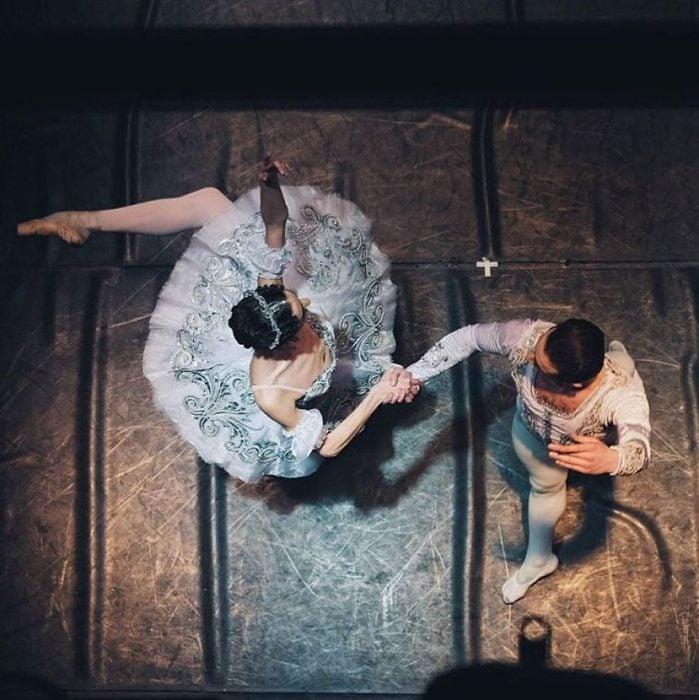 Bailarines de ballet en un teatro
