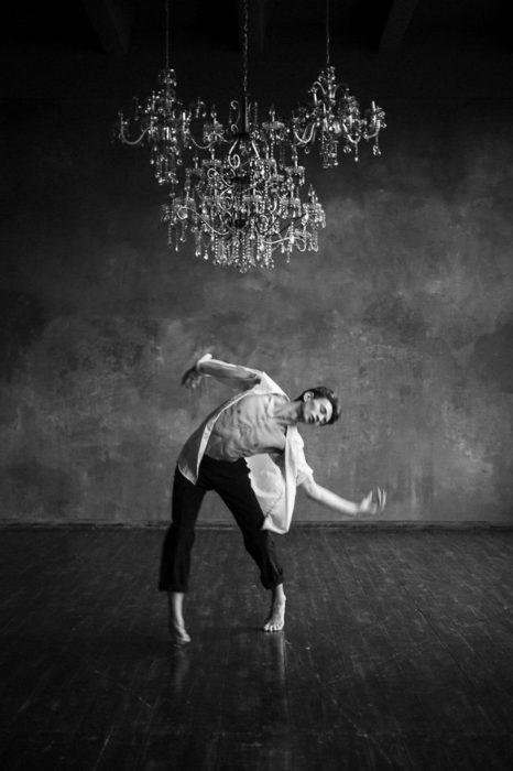 Bailarín de ballet haciendo posiciones de ballet