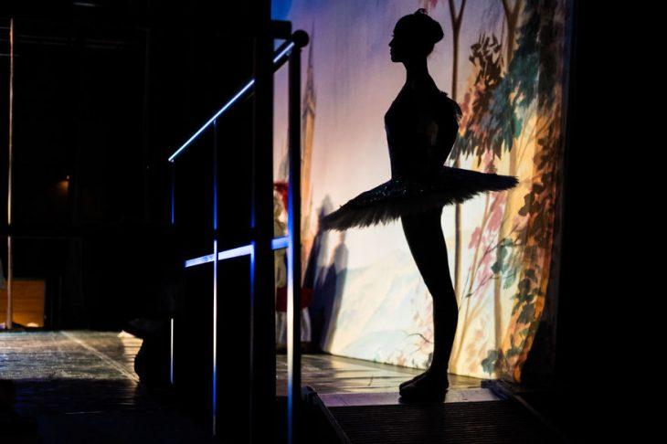 Bailarina de ballet a contra luz