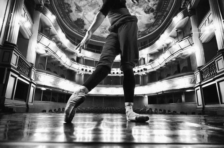 Bailarina de ballet en un teatro