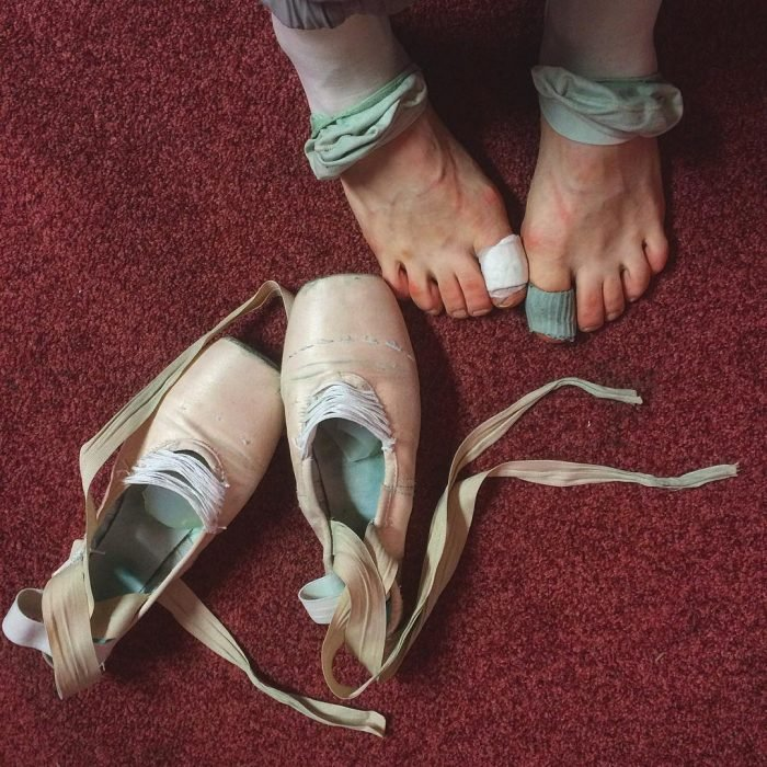 Pies de una bailarina de ballet sin las zapatillas