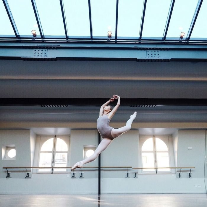 Bailarina de ballet dando saltos en un estudio