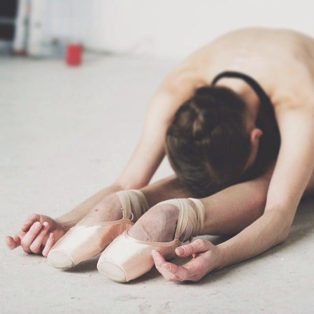 Bailarina de ballet haciendo posiciones de ballet