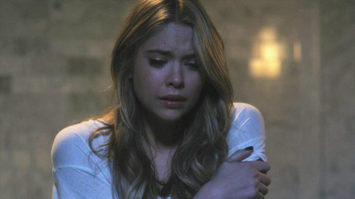 Aria abrazando sus brazos y llorando