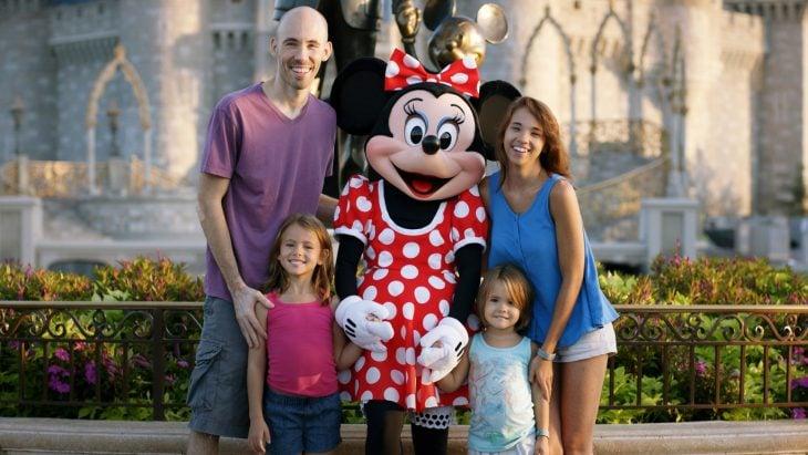 familia Mansfield se toma foto con minnie mouse en Disnney world