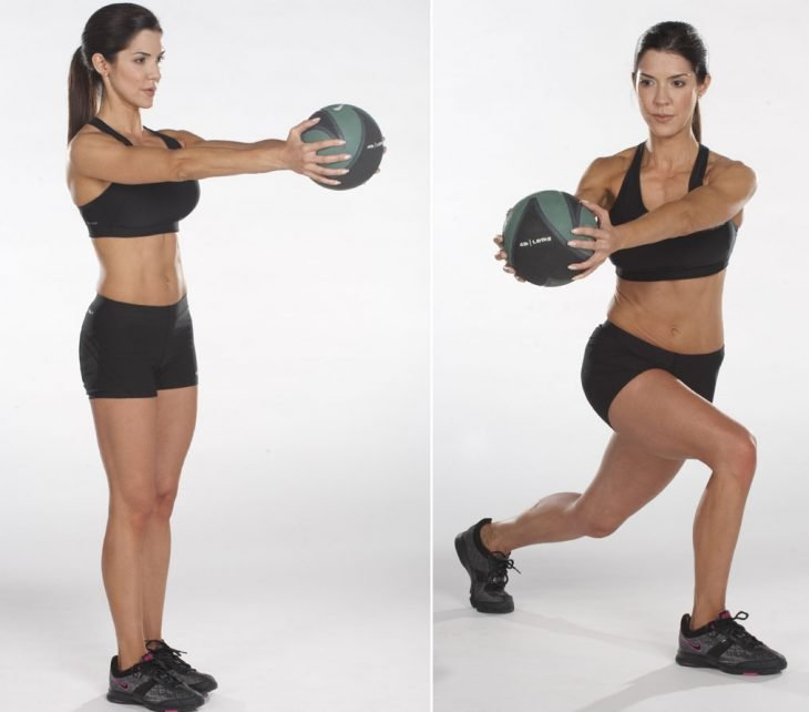 mujer haciendo ejercicios para hacer cintura con balon