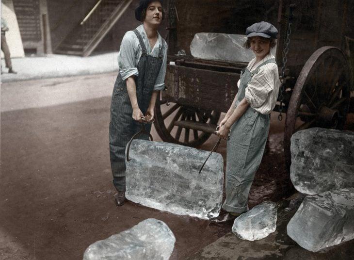 Chicas cargando material pesado