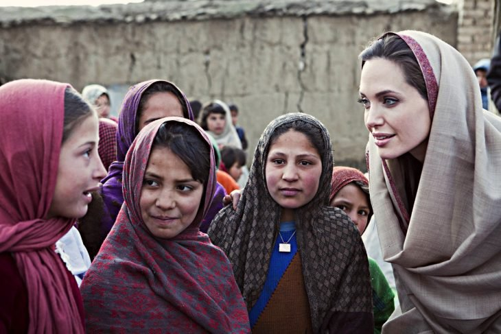 Angelina Jolie ayudando