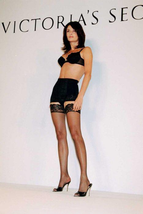 modelo morena con lenceria negra