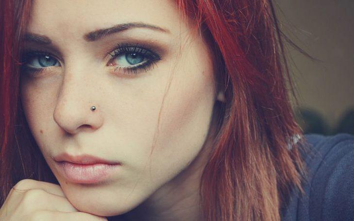 chica con piercing en nariz