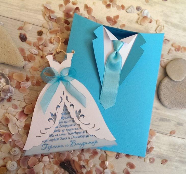 Invitación en forma de vestido de novia y traje de novio