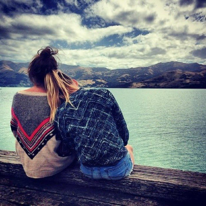 amigas platicando frente al lago