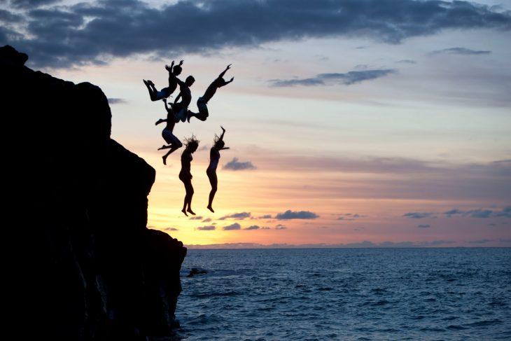 amigos aventándose al mar