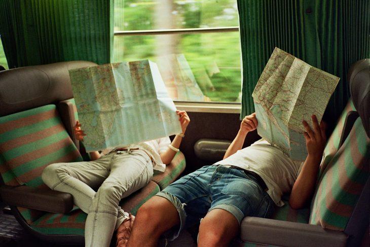 amigos leyendo mapas en tren