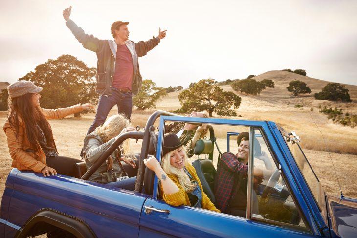 amigos viajando en coche