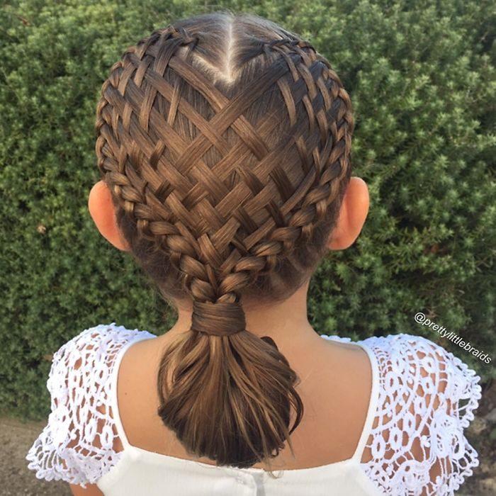 Niña con el cabello trenzado en forma de red que termina en una coleta baja