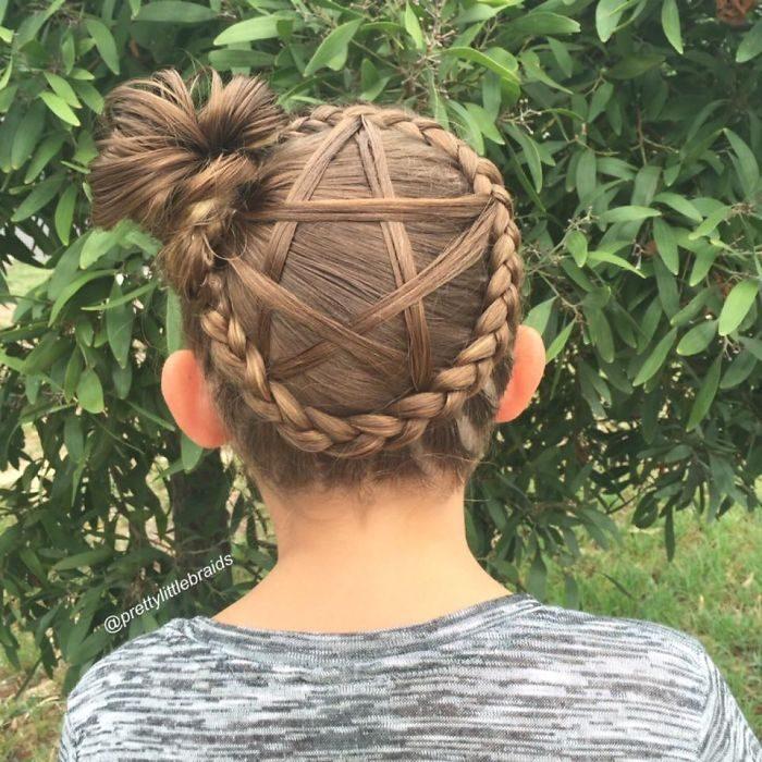 Niña con el cabello trenzado en forma de una estrella
