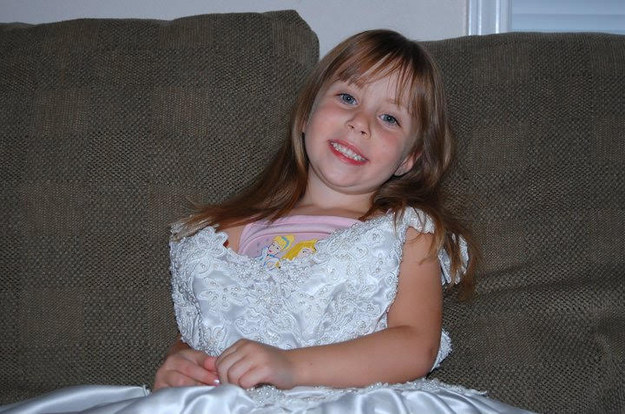 Chica usando el vestido de novia de su madre desde que nació para ver su desarrollo