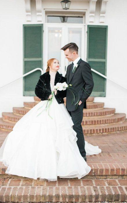 Modelo con síndrome de Down Madeline Stuart vestida de novia posando junto a un chico vestido de novio