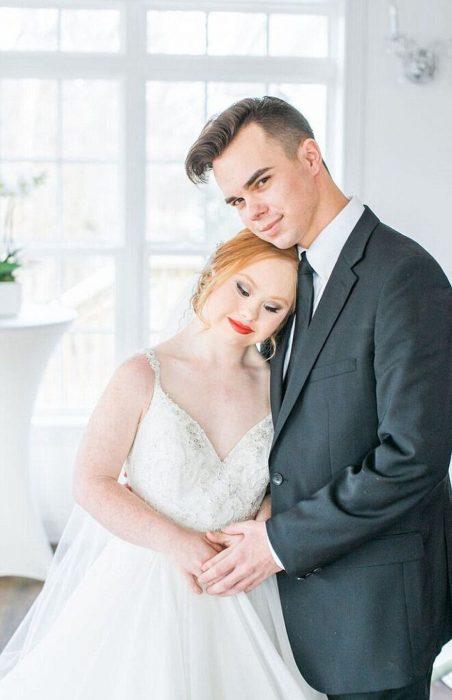 Modelo con síndrome de Down Madeline Stuart posando para una fotografía junto a un chico ambos vestidos de novios