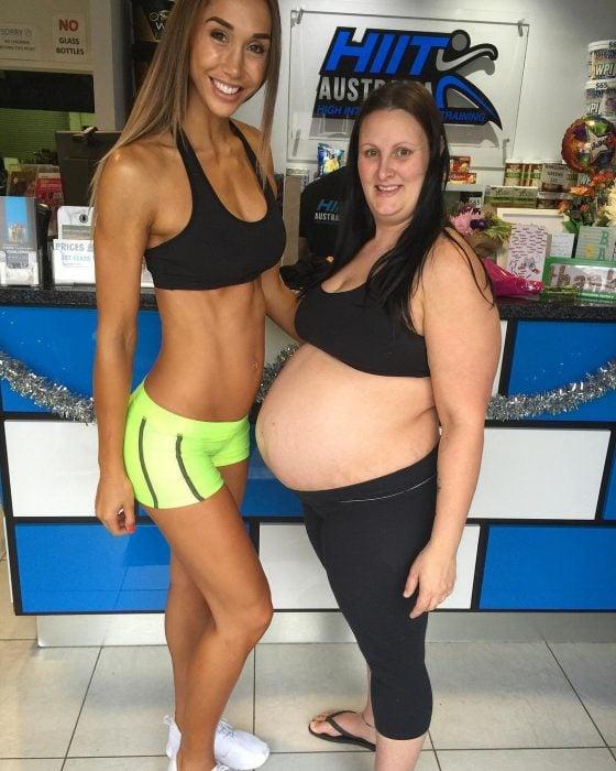 Modelo fitness embrazada junto a su amiga que también está embarazada