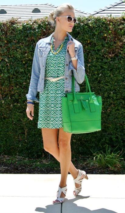 Outfit de oficinas. Chica usando un vestido de color verde , flats y chamarra de mezclilla
