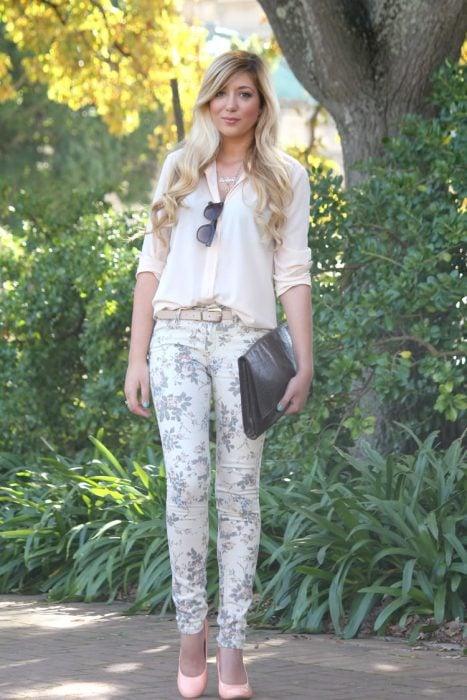 Outfit de oficina. Chica usando unos pantalones floreados y una blusa en color blanco