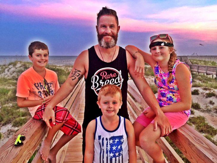 Padre soltero que escribió una carta sobre el divorcio junto a sus hijos