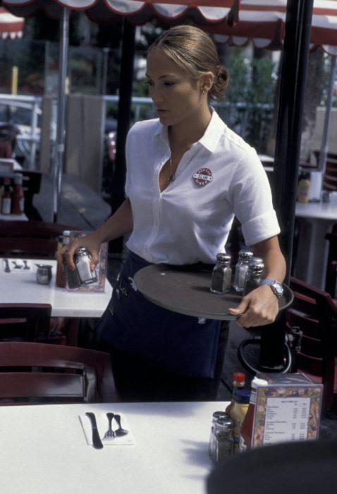 Escena de la película Enough de Jenifer López como camarera