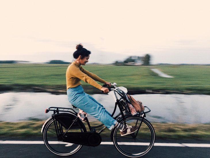chica paseando en bicicleta vintage