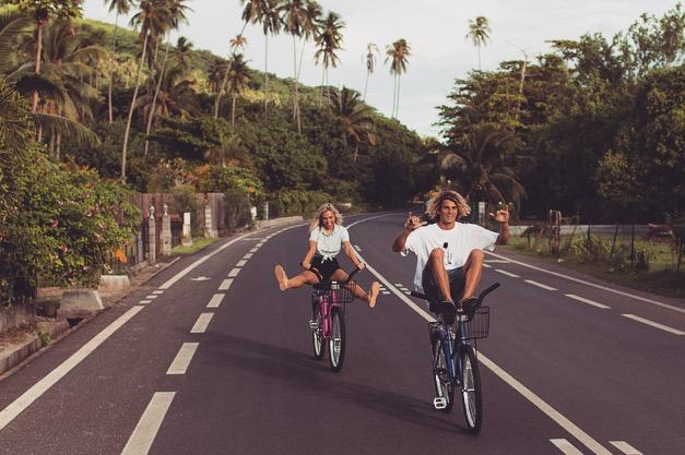 Jay Alvarrez y Alexis Ren Pareja de novios que viajan al rededor del mundo manejando una bicicleta en la carretera