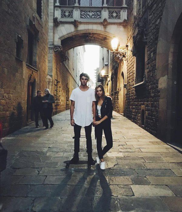 Jay Alvarrez y Alexis Ren Pareja de novios que viajan al rededor del mundo paseando en las calles de Barcelona