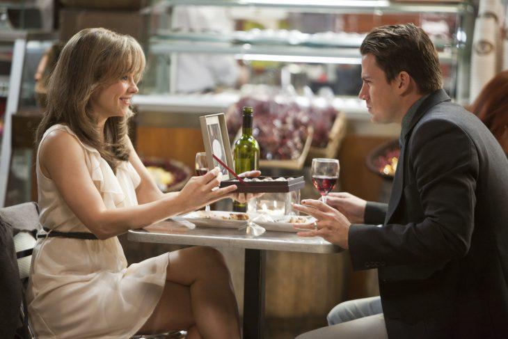 Rachel McAdams y Channing Tatum en la película votos de amor comiendo