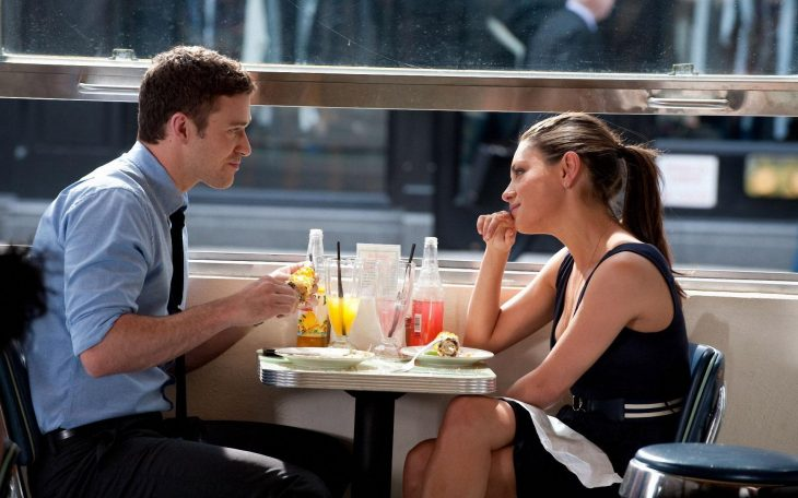 Escena de la película amigos con beneficios pareja comiendo