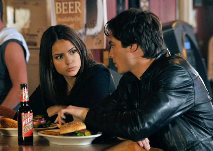 Escena de la serie the vampire diares elena y damon comiendo
