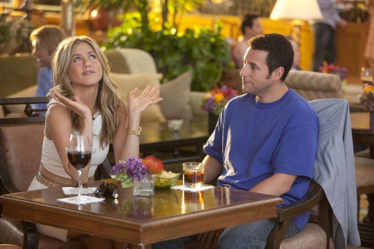 Jennifer Aniston y Adam Sandler en la película una esposa de mentiras comiendo en un restaurante
