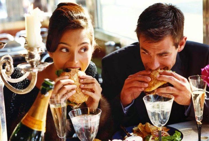Pareja de novios comiendo en un restaurante