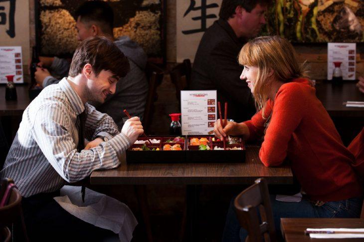 Escena de la película amigos de más. Pareja de novios comiendo en un restaurante