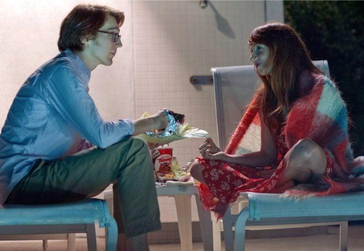 Escena de la película ruby sparks. Pareja de novios comiendo