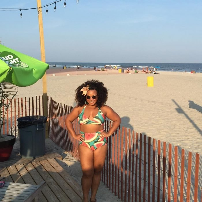 Chica Plus Size en bikini tomando el sol