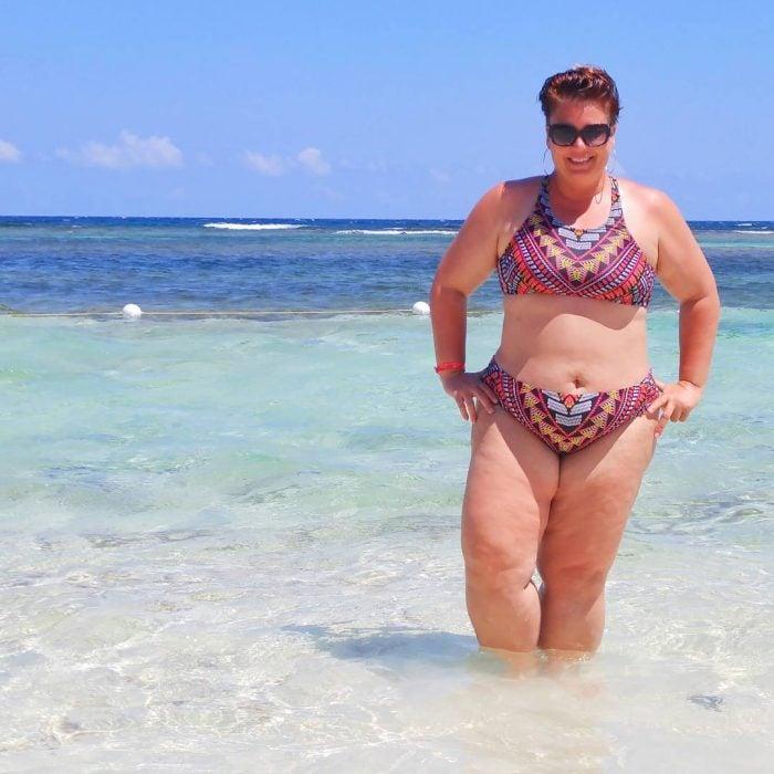 Chica Plus Size en bikini mientras está en la playa
