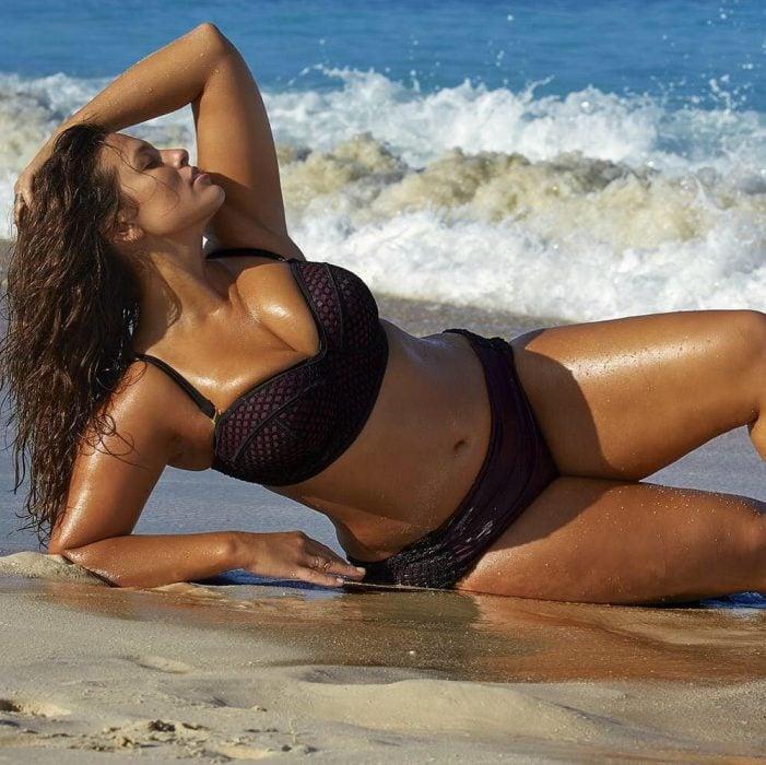 Chica Plus Size en bikini recostada en la playa