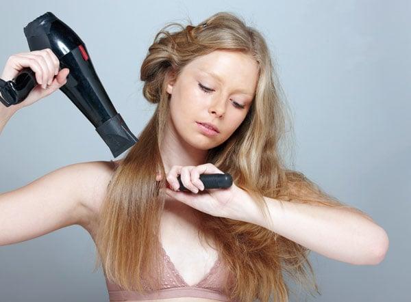 Chica secando su cabello