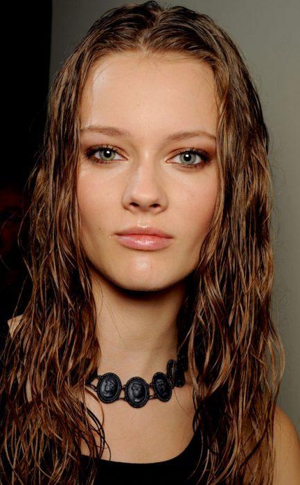 Chica con el cabello húmedo