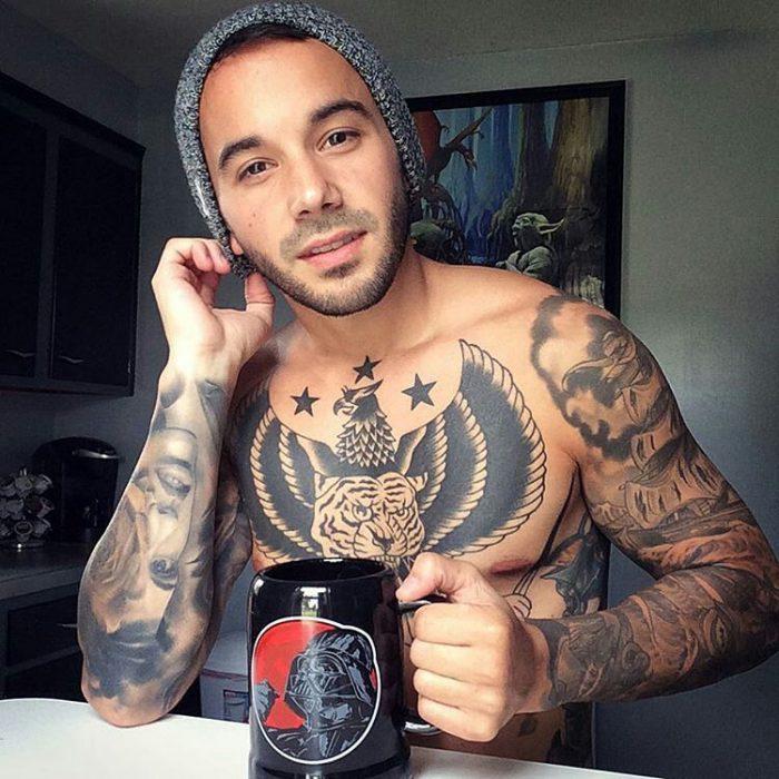 Chico guapo tomando una taza de café