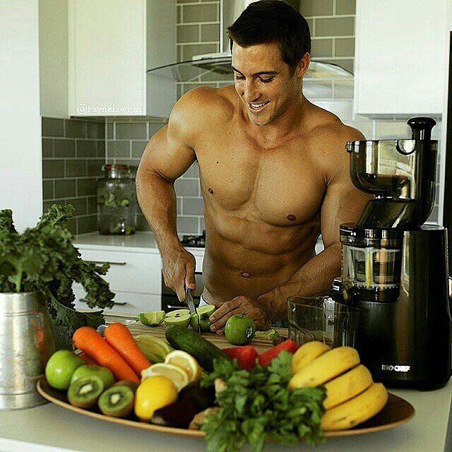 Chico guapo preparando un jugo de frutas