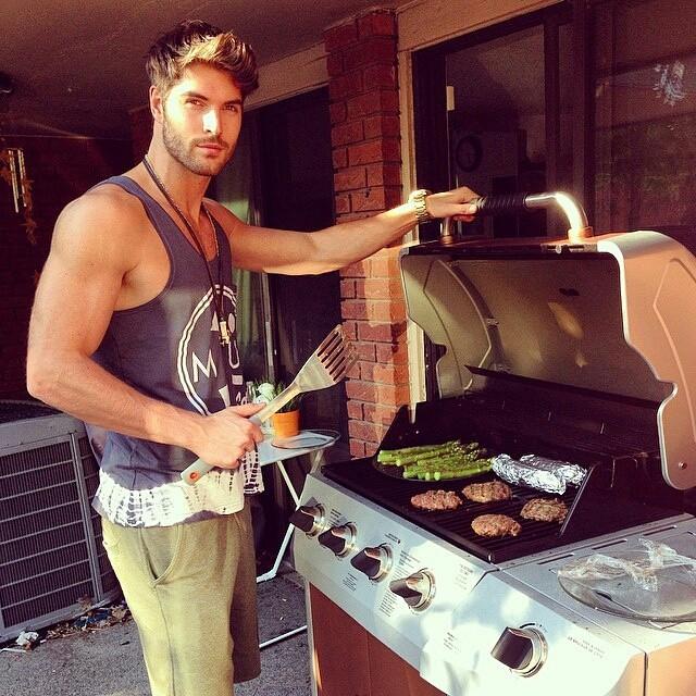 Chico guapo preparando una barbacoa