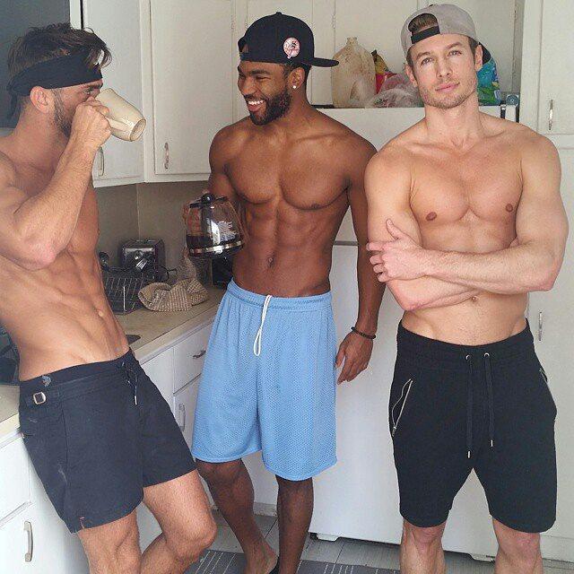 Chicos guapos conversando en la cocina